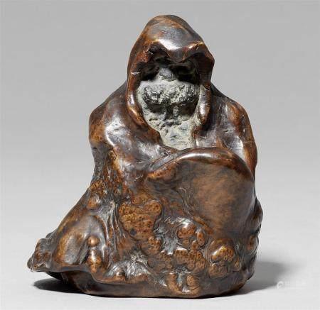 Un okimono de racine. Daruma. 19ème/début 20ème siècle  Le visage visible à l'intéri de la r