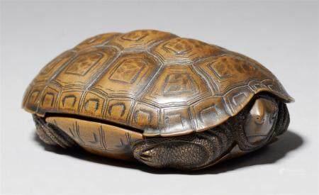 Une petite boîte, probablement pour l'encens. XIXe siècle  En forme de tortue avec la tête cach