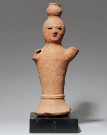 Une figure haniwa en argile rougeâtre. Période Kofun, 6ème/7ème siècle  Figure creuse de forme
