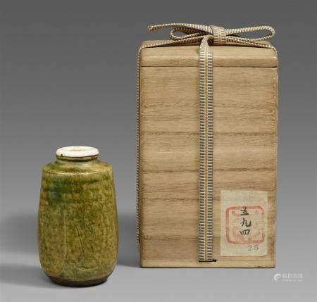 Une chaire de type Oribe. Province de Mino. Début de la période Edo  De type katatsuki sur fond