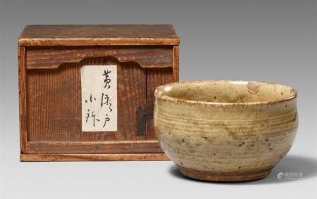 Un bol de Ki Seto. Province d'Owari. Période Edo  Sur un large anneau de pied, à l'extéri de
