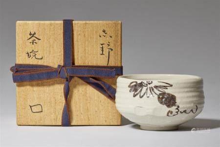 Un chawan de type Shino, par Kita Rosanjin (1883-1959). Milieu du XXe siècle  De forme trapue,