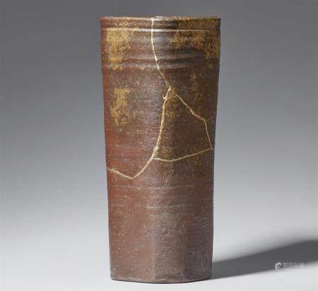Un vase Bizen élancé. Fin du XIXe siècle  De section carrée et arrondie, le corps est doté de f
