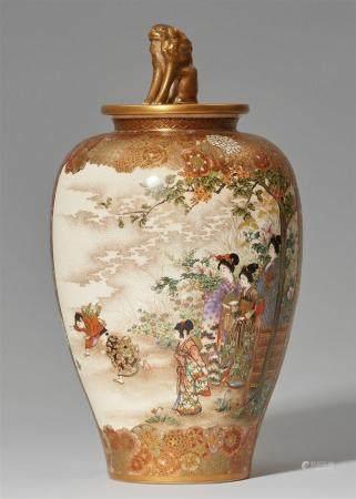 Un bocal ovoïde à couvercle Satsuma. Kyoto. Fin du XIXe siècle  Peint en émaux et or avec deux