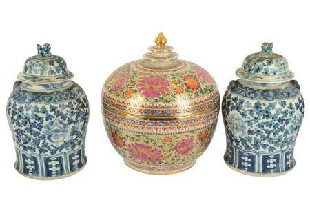 A pair of Chinese ginger jars