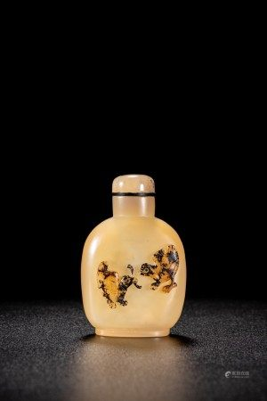 A CHINESE AGATE CARVED 'CHICKS' SNUFF BOTTLE