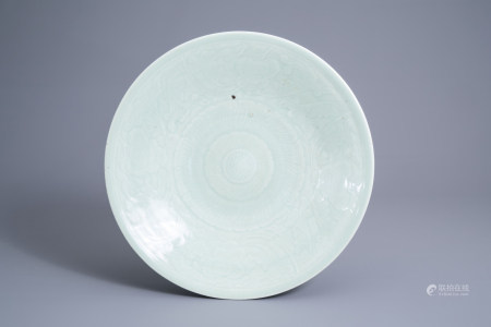 A Chinese celadon dish with underglaze floral design, 18th/19th C.