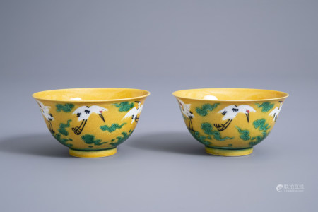 A pair of Chinese sancai bowls with cranes, Yongzheng mark, 19th/20th C.