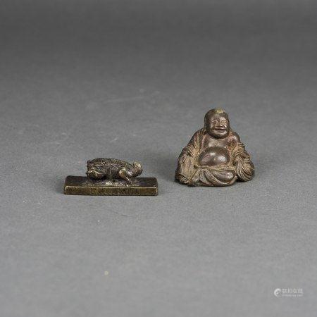 LOT OF 2, A CHINESE BUDAI BUDDHA AND A LION PAPER WEIGHT