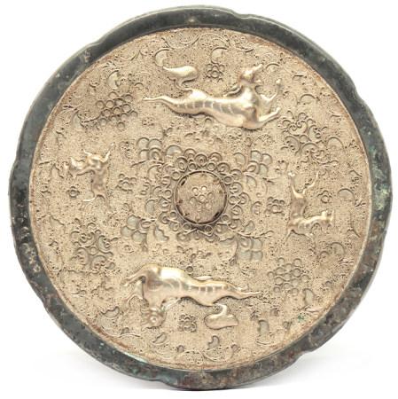 銅鑲銀質掐絲花卉珠地瑞獸鏡