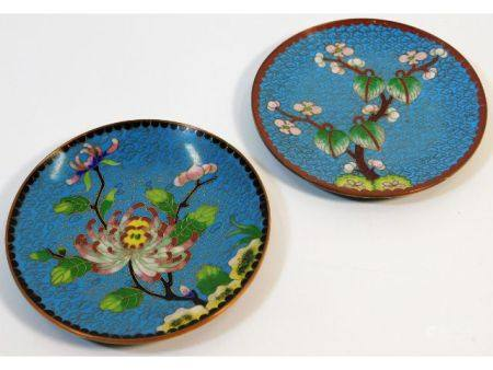 A pair of Chinese cloisonné enamel dishes decorate