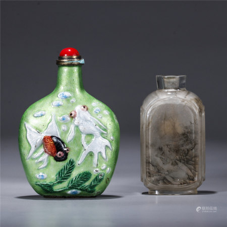 A set of 2 agate snuff bottles