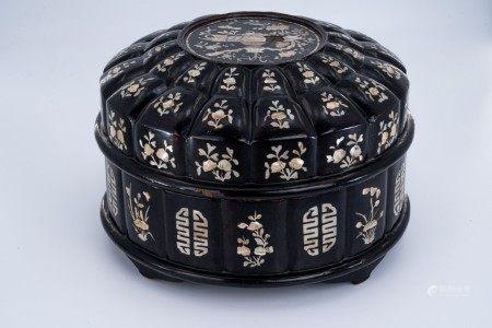 清代 黑漆花卉螺细木盒
