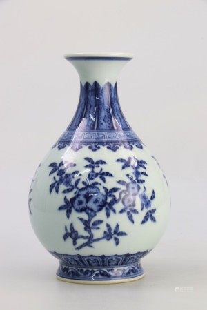 清代乾隆时期 青花三果纹玉壶春瓶