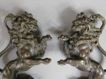 D'après Ch. CASIER - Paire de lions debout affrontés en bronze patiné. Signés et [...]