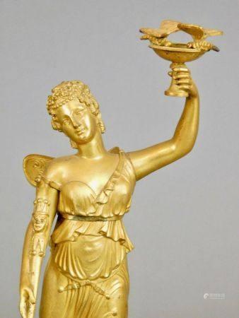 STATUETTE en bronze doré représentant Psyché tenant une coupe sur laquelle sont [...]