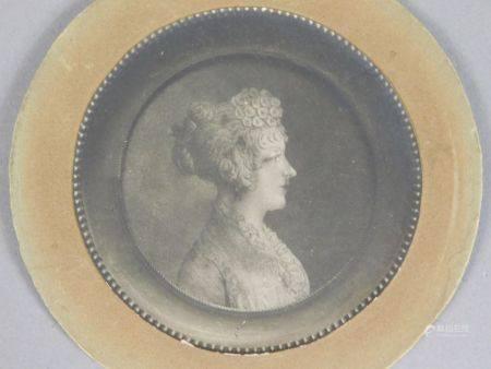 ÉCOLE FRANÇAISE du XIXème s. MINIATURE circulaire représentant un profil de femme [...]
