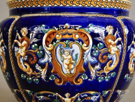 GIEN - CACHE-POT en faïence bleu de four à décor polychrome de personnages et [...]
