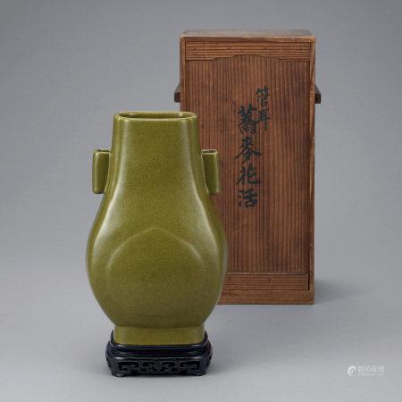 清中期 茶葉末釉雙貫耳方瓶