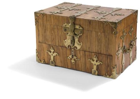 Coffre-fort formant écritoire en palissandre à pentures de laiton doré, avec un [...]