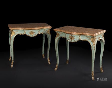 Paire de tables console en bois peint et doré de forme mouvementée, à décor de [...]