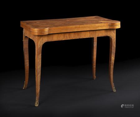 Table à jeu en bois de rose et bois de violette, à plateau dépliant et piétement [...]
