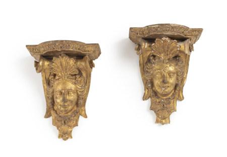 Paire de petites consoles d'applique en bois doré, à décor d'un mascaron [...]