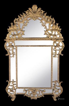 Miroir en bois doré à décor ajouré de feuillages, fleurs, agrafes, cornes [...]