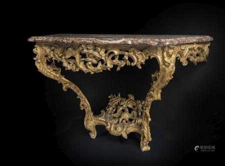 Console en bois doré à décor ajouré de feuillages, fleurs, rocailles et agrafes, [...]