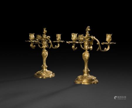 Paire de candélabres en bronze doré à trois lumières, le fût de forme [...]