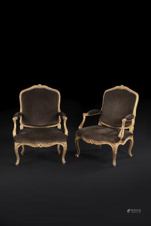 Paire de grands fauteuils en bois mouluré, sculpté et doré à dossier plat, de [...]