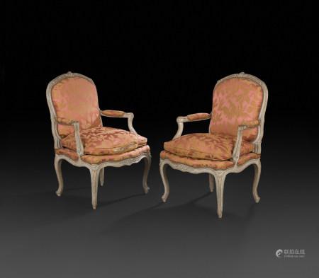 Paire de fauteuils en hêtre mouluré, sculpté et peint à dossier plat et arrondis, [...]