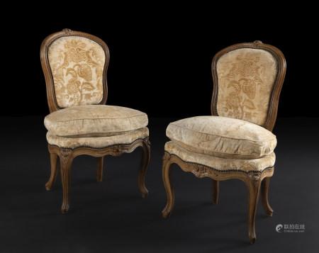 Paire de chaises en hêtre mouluré et sculpté, de forme mouvementée, à décor de [...]