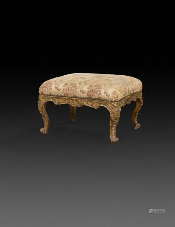 Tabouret en bois doré de forme rectangulaire à traverses incurvées, à décor de [...]