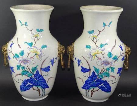 Paar grosse Vasen, handbemalt, Bronze-Griffe mit Löwenköpfen