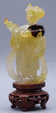 gelbe Jadeschnitzerei, Chinesin mit Fächer auf Holzsockel, China