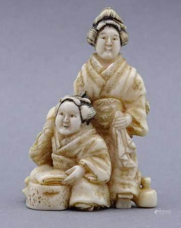 """Netsuke, Elfenbein um 1900 """"zwei Frauen"""" Japan, signiert"""