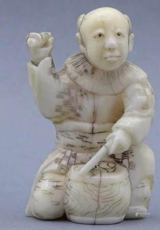 """Netsuke, Elfenbein um 1900 """"Mann mit Trommel"""" Japan,"""