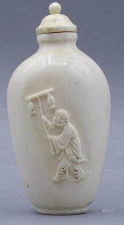 Snuffbottle aus Elfenbein, beschnitzt und geritztes Dekor, 19.Jhd. China
