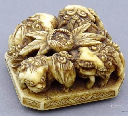 seltene Elfenbein Netsuke auf achteckiger Platte