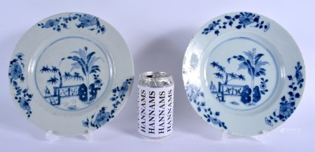 A PAIR OF 18TH CENTURY CHINESE EXPORT BLUE AND WHITE PORCELAIN PLATES Yongzheng/Qianlong. 22 cm diam