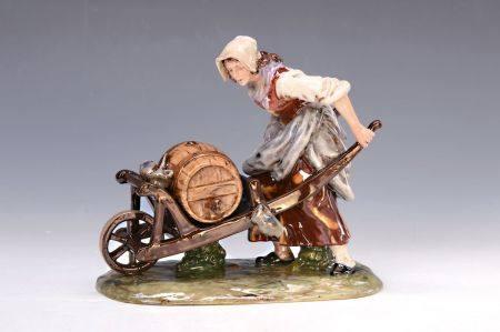 Porzellanfigur, Potschappel, um 1890, Bäuerin mit Weinfass auf einer Schubkarre, [...]