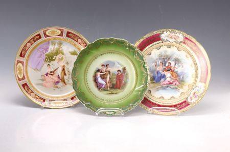 Drei Prunkteller, Dresden, um 1900, 1x bunte Bemalung: im Spiegel Tänzerin in [...]