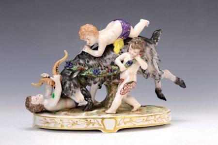 Porzellanskulptur, wohl Frankreich, um 1900, Puttos beim Spielen mit Ziegenbock, [...]