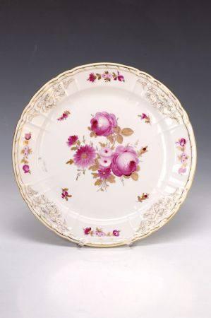 Runde Platte, KPM Berlin, um 1840, Porzellan, feine Blumenmalerei in Purpur und Gold, [...]