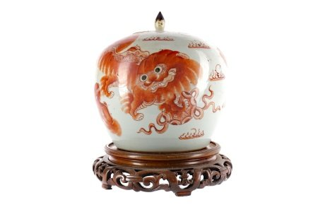 A EARLY 20TH CENTURY CHINESE JAR WITH COVER