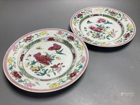 A pair of Chinese famille rose porcelain plates, Qianlong period, diameter 23cm