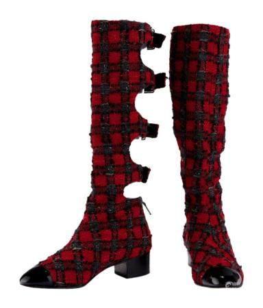 CHANEL. Paire de bottes en tweed carreaux rouges gris, découpées au dos à 4 sangles ceinturées,