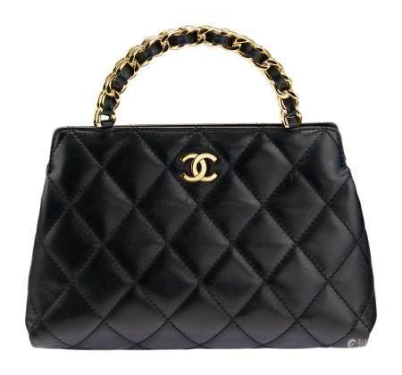 CHANEL. Petit sac porté main en cuir matelassé noir, double poignée chaine en métal doré entrel