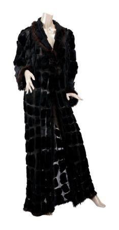 CHANEL BOUTIQUE. Long manteau en patchwork de vison rasé lustré noir sur tulle à la coul, pe